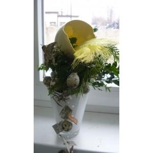 Przepiękna kompozycja - skorupa jaja strusiego i jajka przepiórczego w naczyniu szklanym.